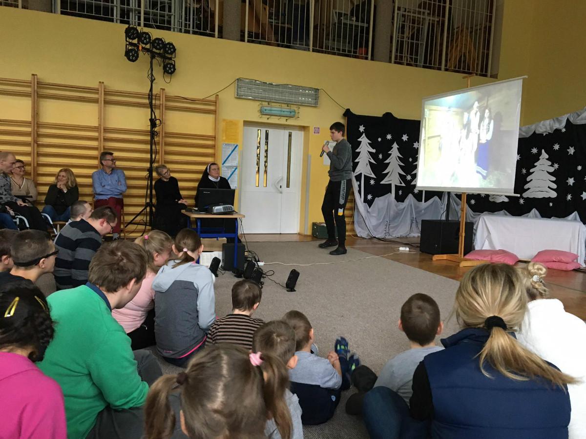 Wszyscy uczniowie i wychowankowie Zespołu Szkół i Placówek Specjalnych w Mocarzewie zebrali się na sali gimnastycznej, oglądali występy wykonawców zgloszonych na Festiwal. Na zdjęciu jest również Wiktor, który reprezentował Mocarzy, w kategorii zespół. Zaśpiewał kolędę, którą śpiewał na Festiwalu.