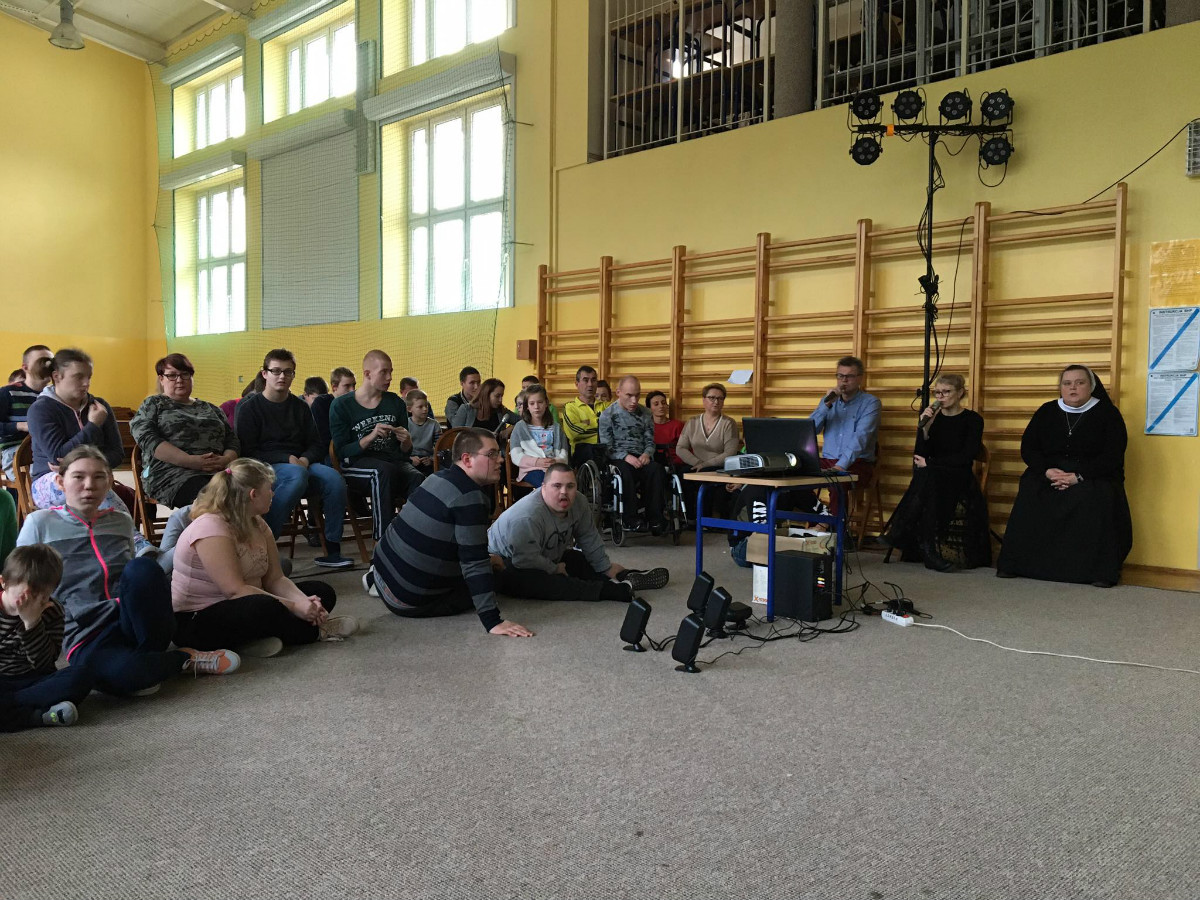 Wszyscy jesteśmy na sali gimnastycznej i wspólnie kolędujemy.. Dzieci również śpiewają kolędy, każdy tak jak potrafi najlepiej.