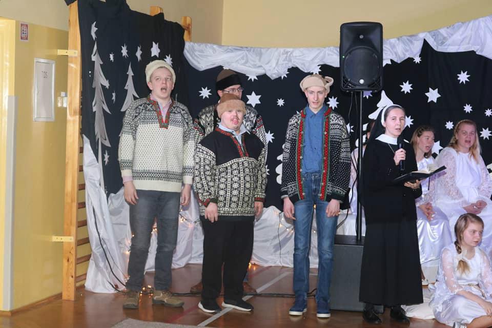 Na zdjęciu są pasterze, którzy odwiedzili małego Jezuska i przynieąli mu dary. W rolę pastuszków wcielili się czterej uczniowie naszej szkoły.