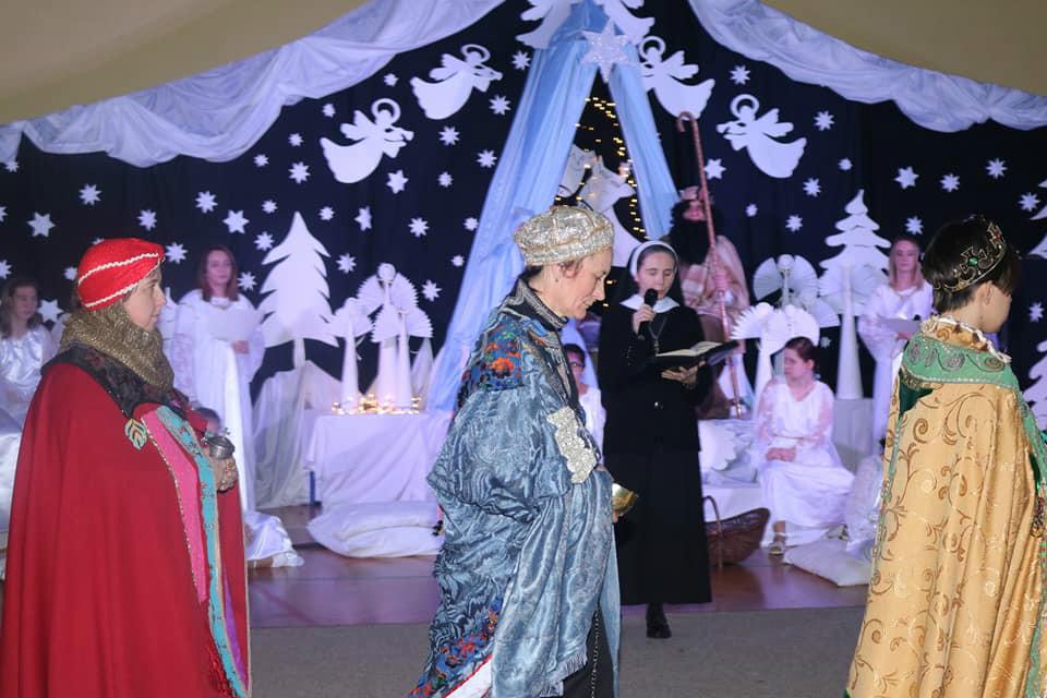 Na zdjęciu są trzej królowie, którzy przyszli do małego Jezuska i przynieśli mu złoto, kadzidło i mirrę. W rolę mędrców wcieły się dwie absolwentki naszej szkoły i Pani Malwina Nauczycielka. Królowie ubrani są w barwne, lśniące szaty.