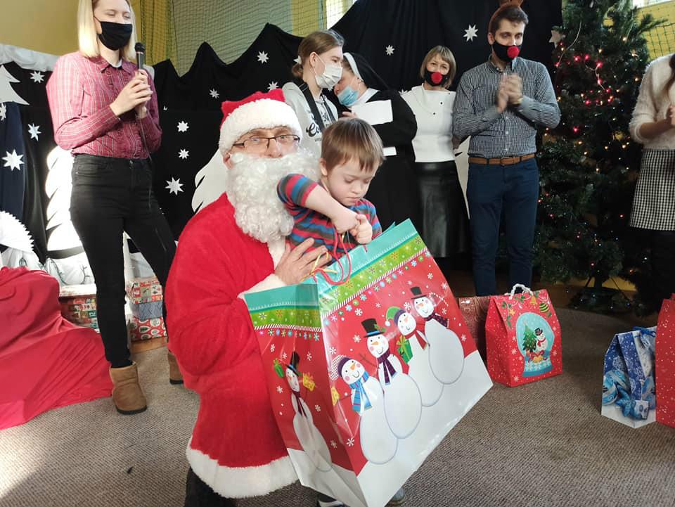 Wizyta świętego Mikołaja, w którego rolę wcielił się ksiądz jan. Na zdjęciu z Kubusiem z oddziału przedszkolnego