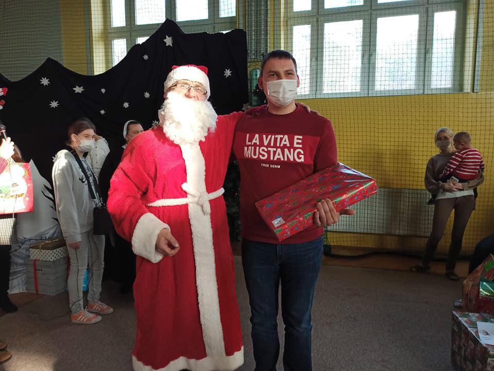Wizyta świętego Mikołaja, w którego rolę wcielił się ksiądz jan. Na zdjęciu z Mateuszem z programu Reahabilitacja 25 plus