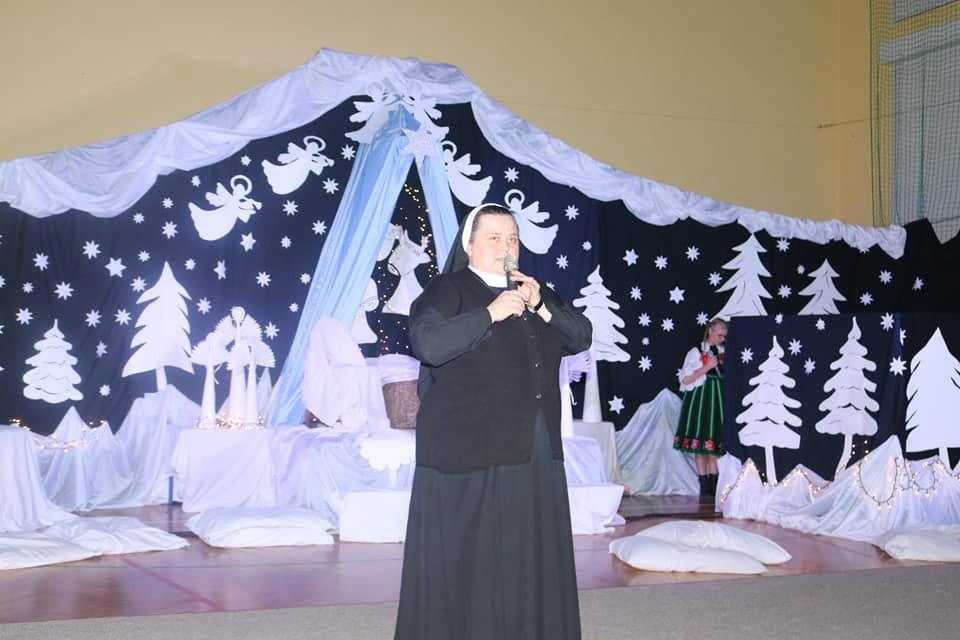 Na zdjęciu jest Siostra Dyrektor, która dziekuje wszystkim pracownikom Placówki za zaangażowanie w prace w tak trudnym czasie i bycie z naszymi dziećmi. Wszystko odbywa sie na sali gimnastycznej w scenerii bożonarodzeniowej