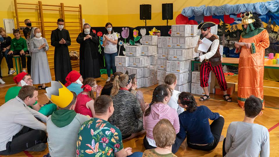 Na zdjęciu są goście z Caritas Polska, którzy maja upominki z okazji Dnia Dziecka dla wszystkich Mocarzy z Mocarzewa