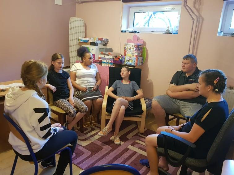 Zdjęcie przedstawia psychologa z uczniami podczas zajęć programowych