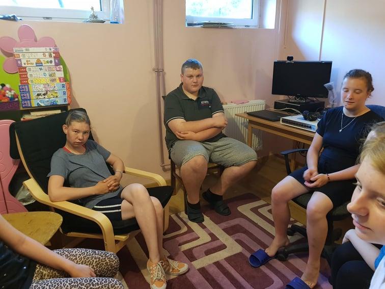 Zdjęcie przedstawia uczniów podczas spotkania z psychologiem