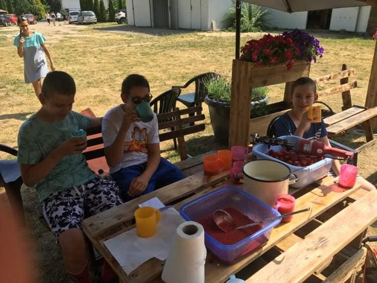 Uczniowie spozywają koktajl mleczno-truskawkowy