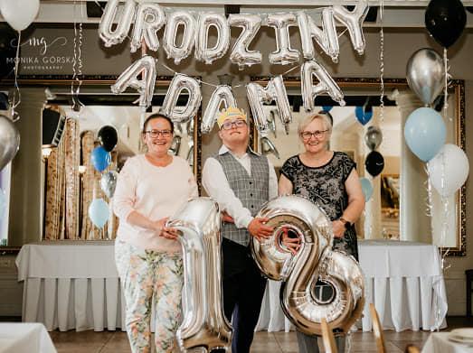 Adam z mamą i siostrą podczas swoich 18 urodzin