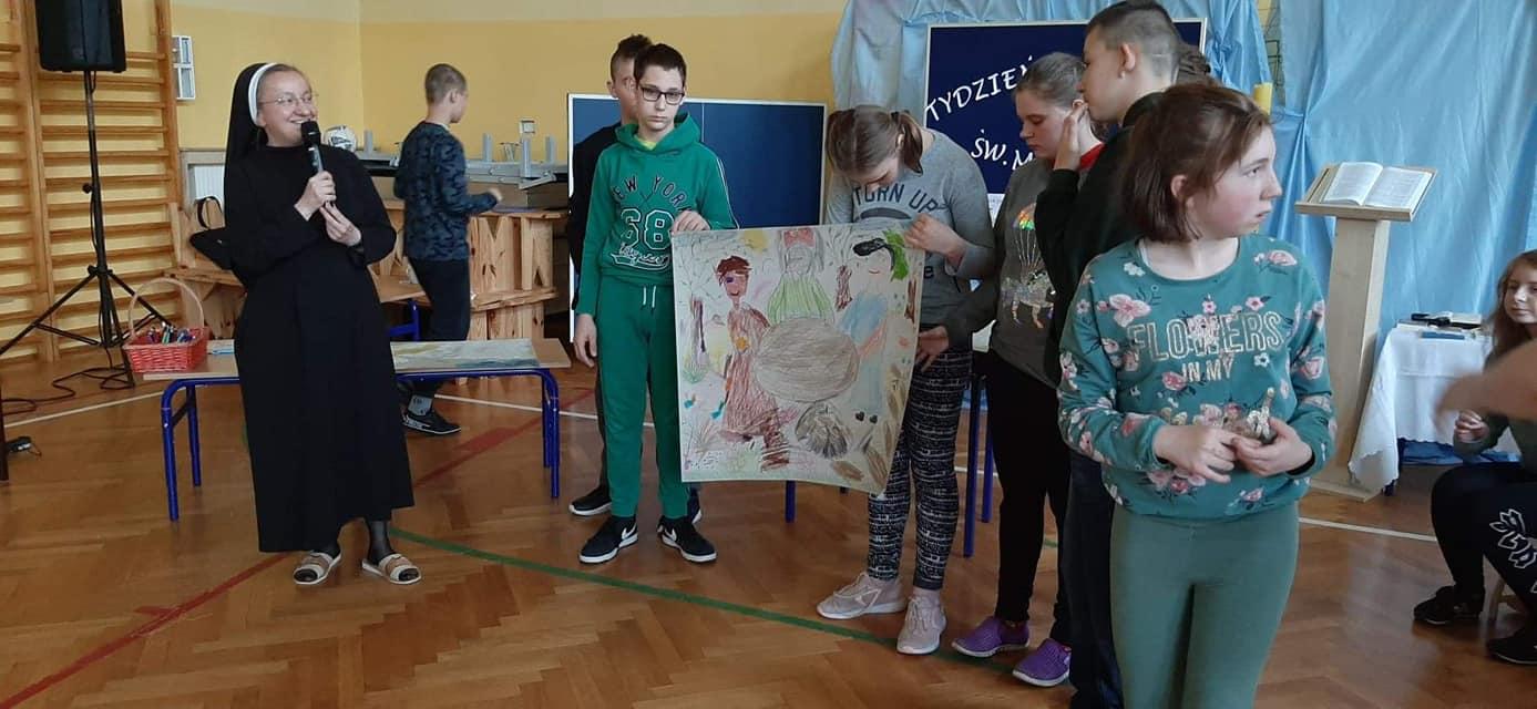 Na zdjęciu jedna z klas przedstawia jeden z fragmentów Pisma Świętego w formie wykonanego przez siebie plakatu