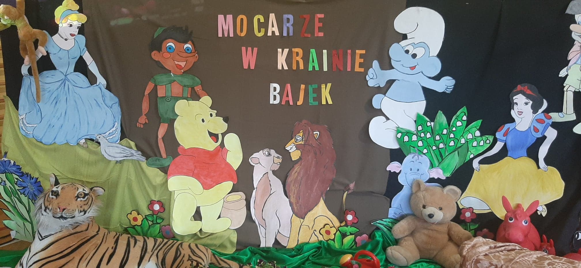 Zdjęcie przedstawia dekorację z postaciami z bajek z okazji Mocarnego dnia z bajką