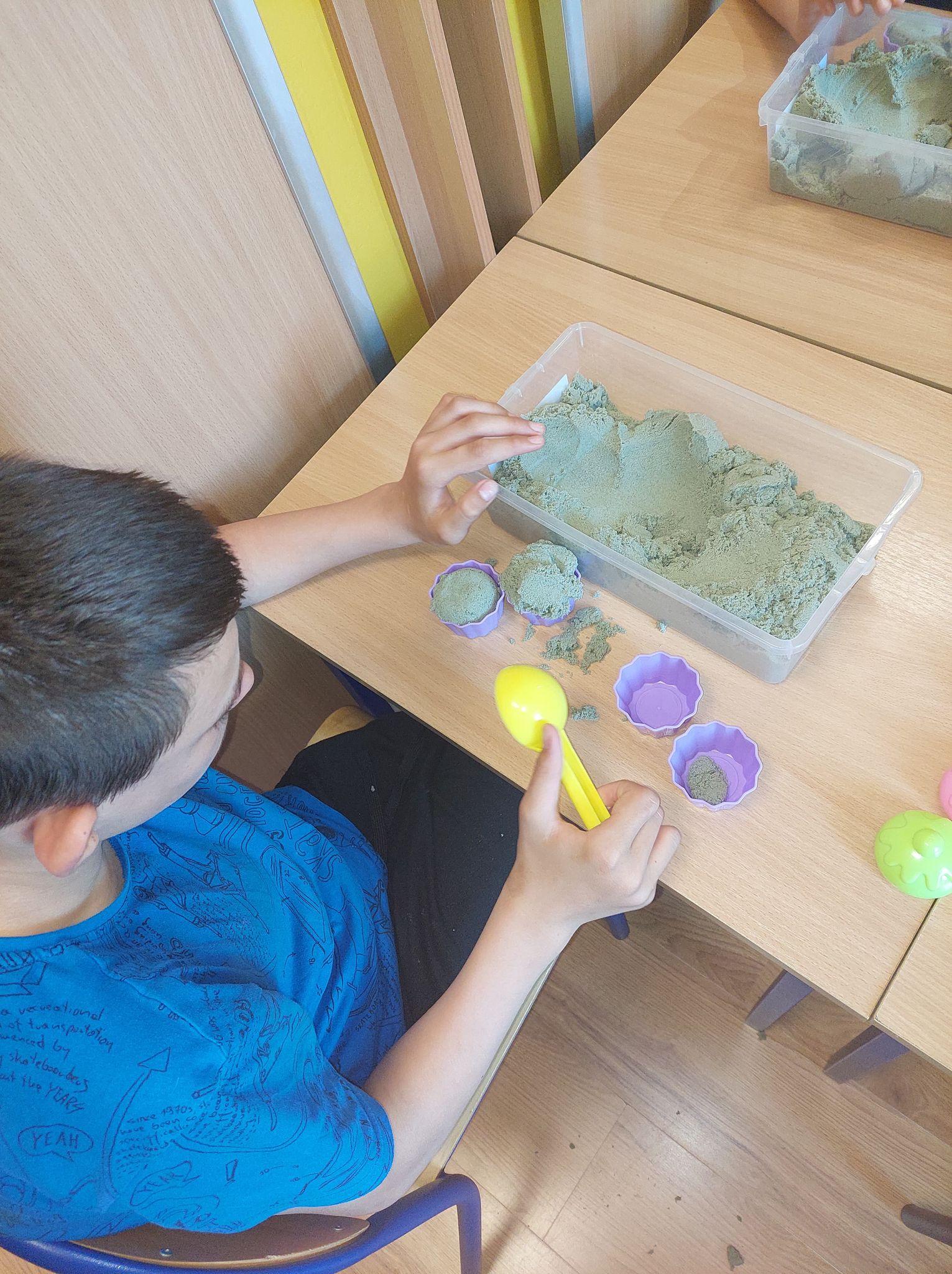 Zabawy manualne z piaskiem kinetycznym mogą służyć do poszerzania zasobu słownictwa, usprawniania motoryki małej a także pozwalają się zrelaksować.