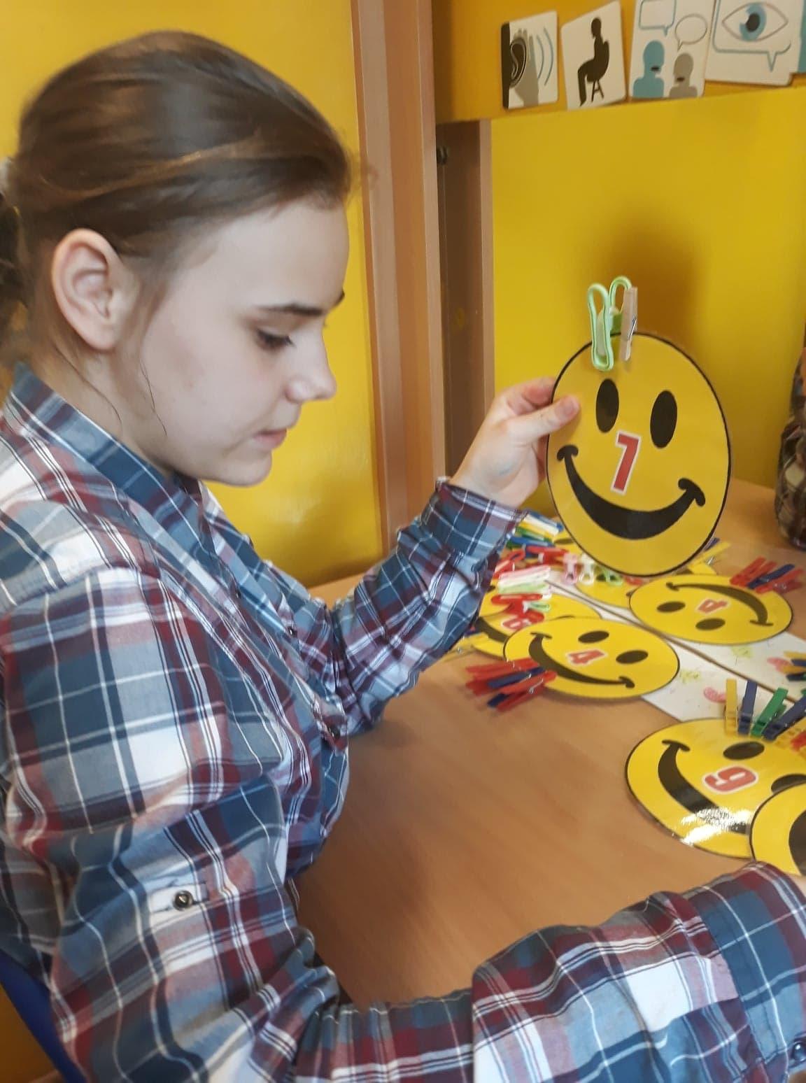 Zabawy z  klamerkami wspomagają terapię logopedyczną.Tu ćwiczenia na logiczne myślenie:,,Czego brakuje...