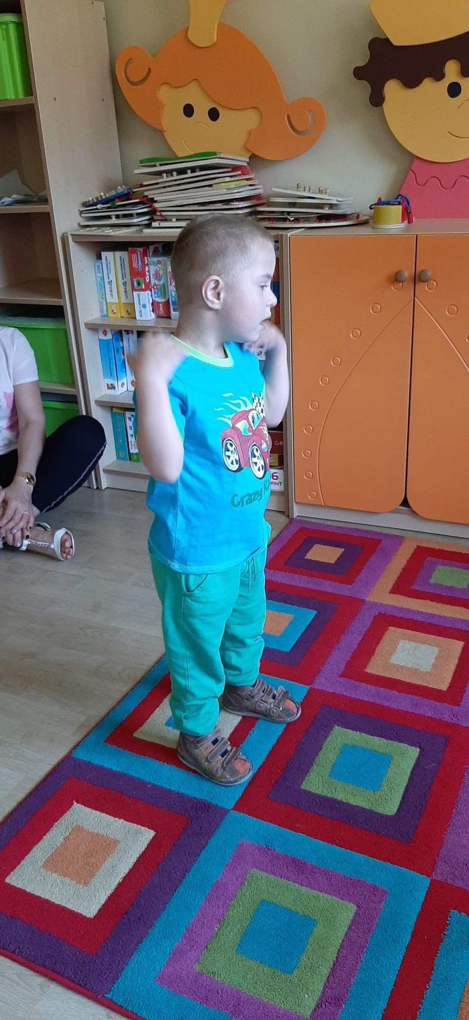 Ćwiczenia ruchowe do piosenki ,,Głowa, ramiona, kolana, pięty